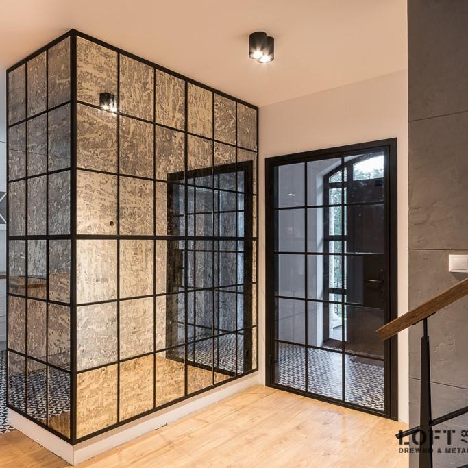 Loftowa zabudowa ściany z lustrem