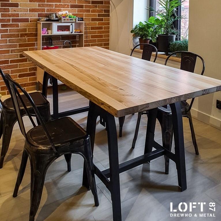 Loftowy stół do jadalni